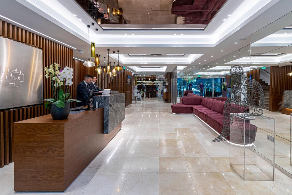 Recpeción Polis Grand Hotel Maratón Atenas Travelmarathon.es